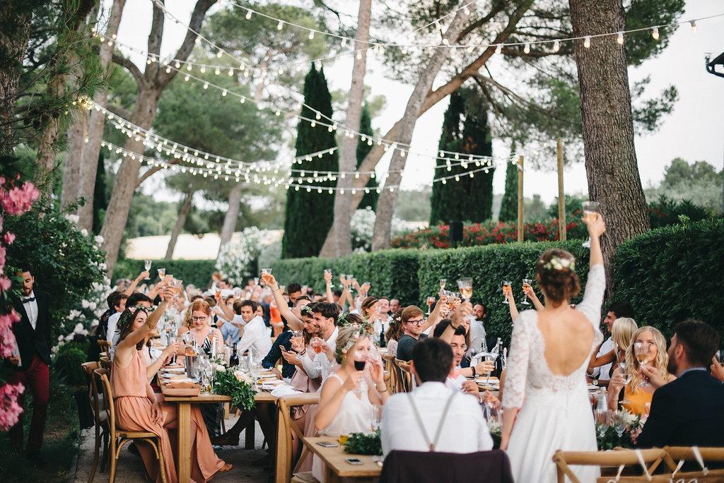 Aussi, de nombreux mariages seront célébrés en extérieur. Comme expliqué au-dessus, les mariés seront cette année à la recherche de nature et d'authenticité. Quoi de mieux qu'une réception en extérieur, éclairée par de jolies guirlandes ou des bougies ? En revanche, cela ne veut pas dire que la décoration est mise de côté ! Les mariages en extérieur regorgent de possibilités. En effet, il n'est pas rare de voir des espaces parfaitement aménagés comme des salons d'été ou encore des photobooth avec de magnifiques murs de fleurs. Dans le cas où votre repas se ferait dehors, pensez à prévoir un chapiteau ou une tente nomade. Et détrompez-vous, se marier sous une tente ne fait pas forcément camping ! Au contraire, cela peut être particulièrement tendance ! Une tente de qualité et une jolie décoration rendront votre mariage inoubliable.