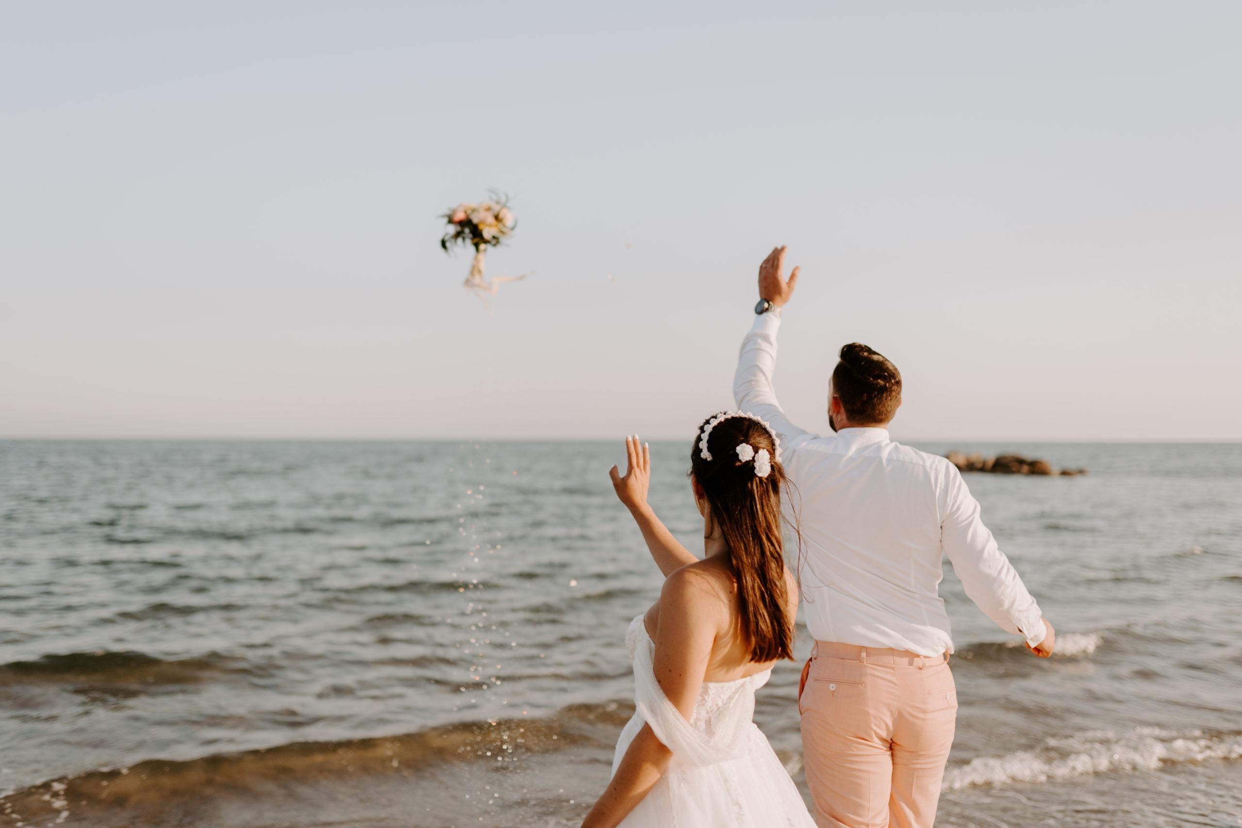 Le lancer de bouquet : une tradition réinventée – les moments m – wedding planner lyon